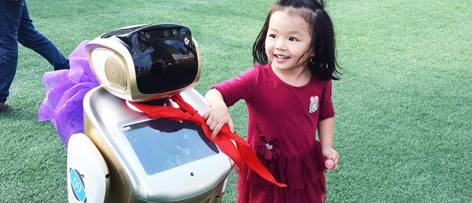 Sanbot best humanoid robot speaking with child